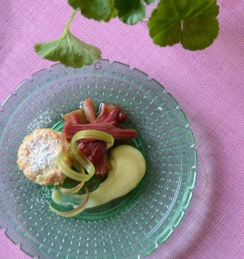 Mandelkaka med inkokta rabarber och vaniljkräm