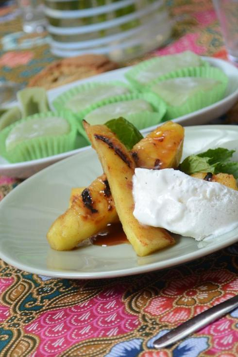 Grillad ananas med rom sauce